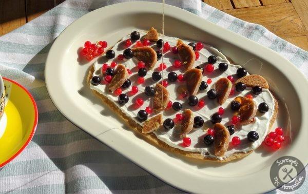 «Πίτσα» για πρωινό με φρούτα γιαούρτι και σαλάμι σύκου