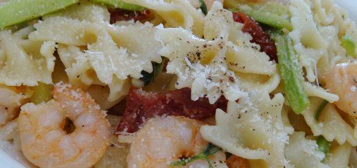 Φιογκάκια με γαρίδες κολοκυθάκια και λιαστές ντομάτες