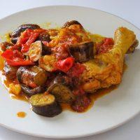 Κοτόπουλο με μελιτζάνες και μπαχαρικά στην κατσαρόλα