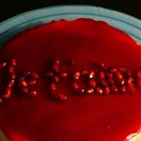 Cheesecake με βάση από φιστίκια και επικάλυψη ζελέ ρόδι