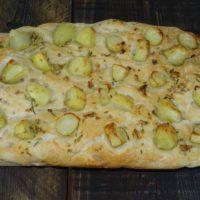 Φοκάτσια με πατάτες σκόρδο και δεντρολίβανο