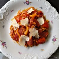 Κριθαράκι με πικάντικο σαλάμι, πιπεριά και ντοματίνια