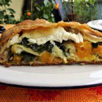 Μια ιδιαίτερη πίτα με κολοκύθα μανιτάρια σπανάκι και τυριά σε φύλλο χωρίς γλουτένη